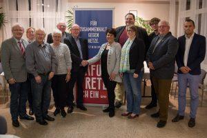 Claudia Moll (Mitte) gratuliert Robert Savelsberg und den weiteren Vorstandsmitgliedern zur Wahl