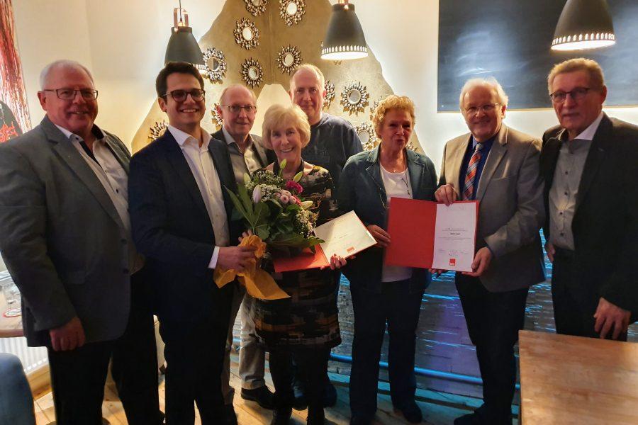 Foto der Jubilare: Thekla Kramer (4 .von links), Jürgen Grouls (4. von rechts), Ingetraud Langohr (3. von rechts), Dieter Kreutz (rechts)